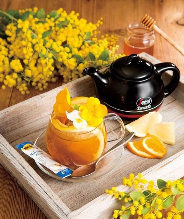 """近づく春を感じながら…食べられる花""""エディブルフラワー""""と一緒に味わうセガフレードの『ミモザフルーツティー オレンジ&グレープフルーツ』を楽しみませんか?"""