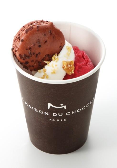 アイスにマカロンがトッピングされたオシャレスイーツを持って、青山で楽しいショッピング☆ラ・メゾン・デュ・ショコラ青山店限定の夏のテイクアウトメニュー!