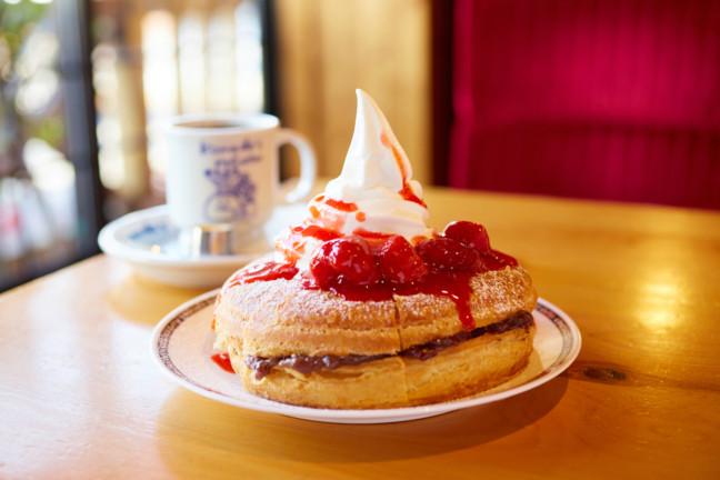 優しい甘さの小倉あんにイチゴソースがキュンとする美味しさ♡甘さほっこり秋の味わい♪コメダ珈琲店『小倉ノワール』