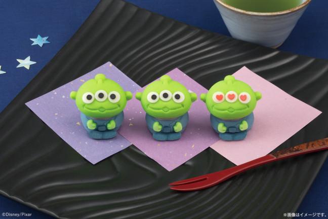 並べれば並べるほど可愛さが増す和菓子♡緑と青の彩色もバッチリ再現!「トイ・ストーリー」のエイリアンが『食べマス』に登場